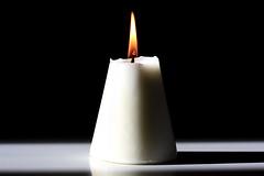 Le blanc et le noir ne s'épousent-ils pas ? (Emmanuelle2Aime2Ailes) Tags: macro catchycolors noir shadows shadowplay flamme blanc bougie ombres orangeblack macromondays