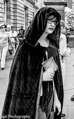Edinburgh Festival Fringe 2016_3 Layers of Meta and a Time Machine_B&W (Mick PK) Tags: 3layersofmetaandatimemachine edinburgh edinburghfestivalfringe2016 edinburghfringe edinburghfringefestival2016 fringe highstreet oldtown places questingvoleproductions royalmile scotland streetperformer streetphotography streettheatre theatre uk