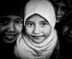 Lombok scuola di Mataram (mokyphotography) Tags: indonesia lombok mataram people persone scuola school ritratti portraits visi faces occhi eyes scholgirls
