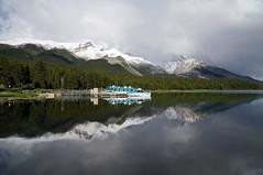 Maligne Lake - between the showers (leuntje) Tags: malignelake alberta jaspernationalpark canada canadianrockies rockymountains malignemountain lake reflections sightseeingboats