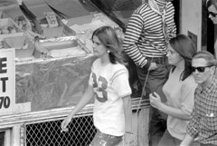 072868 17 (ndpa / s. lundeen, archivist) Tags: nick dewolf nickdewolf photographbynickdewolf blackwhite bw 1968 1960s 35mm july charlesstreet beaconhill candid people youngpeople pedestrians sidewalk boston massachusetts ma city citylife streetlife sliceoflife film monochrome blackandwhite building storefront clothes clothing fashion man men woman women youngwoman youngwomen sunglasses shades storewindow