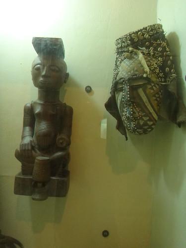 Estatua y máscara; museo Nacional.   Kinshasa. RD Congo