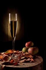 Cider (Beatriz-c) Tags: cider sidra manzana apple manzanas apples drink bebida bodegón still life light luz low key clave baja golden dorado leaf autum otoño hoja