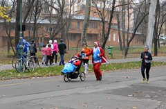 2015_10k_Futás_0860 (emzepe) Tags: santa charity hat saint sport funny hungary december child dress stroller 10 marathon wheelchair running mini run event nicolas chapeau 10k claus mass runner sick ungarn klaus szeged futás handicapped ruha 2015 kocsi hongrie tél erzsébet mikulás gyerek liget beteg újszeged babakocsi gyermek futó mókás mikulássapka jópofa félmarathon jótékonysági öltözet beöltözött tömegsport kilométeres