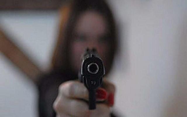 ВСызрани девушка спистолетом напала намагазин