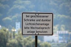 Dunkle Lichtzeichenanlage. (universaldilletant) Tags: rdesheim schilder schild sign signs schranke lichtzeichenanlage dunkel wechselsprechanlage benutzen