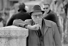 Siena. Abr2002. (fernandobarcenapena) Tags: siena italia toscana señor sombrero old man hat raincoat gabardine blackwhite blanconegro retrato portrait streetphotography fotografiacallejera