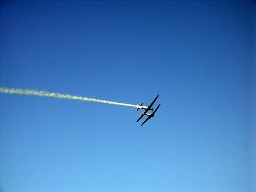 striscia bianca due aerei su cielo azzurro