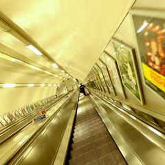 Mtro de Londres - London Tube (blafond) Tags: london subway solitude alone metro empty escalator tube vertigo londres l seul goingdown vertige inscurit filature tubeatnight mtrolanuit