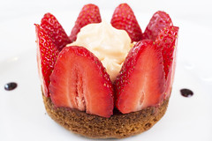 chez Balthazar (GMH) Tags: france macro postre dessert restaurant comida strawberries gourmet cocina toulouse gastronomie fresas gastronoma platos bistrot fraises gastro