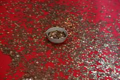 Obole au bol ! (Pi-F) Tags: chapelle malte pice coupelle don monnaie argent lancer rouge dispersion greatphotographers