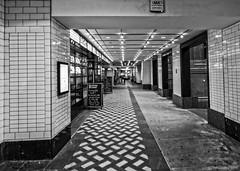Paseando por Londres, subterrneos / Walking through London, underground. (D. Lorente) Tags: dlorente nikon pasillo bw bn urban urbana london perspective paseando city ciudad