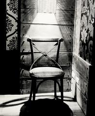 Anglų lietuvių žodynas. Žodis chair reiškia n 1) kėdė; take a chair paimkite kėdę; sėskitės; 2) katedra; 3) pirmininkavimas; 4) amer. pirmininkas; 5) amer. vieta liudininkams; to be/sit in the chair pirmininkauti lietuviškai.