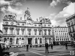 Place des Terreaux, ct mairie (nobru2607) Tags: lyon 28mm streetphotography nb ricoh bwphotography grd3 grdiii