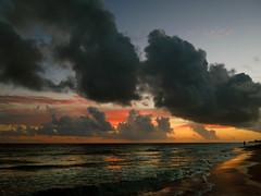 AtoMan (Robyn Hooz) Tags: atoman atomo atom sea mare varadero alba sunrise walk promenade beach spiaggia nuvole clouds rosso colori colors