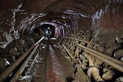 Rails et tuyaux (flallier) Tags: mine bauxite aluminium tunnel silhouette rails tuyaux voieferre voietroite chemindefer railroad railway galerie mining industrie industriel industrielle