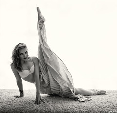 Anna (Pablo Caas) Tags: annaaleksandrova modelo model modeling modelingfashion monochrome monocromtico moda fashion mode backlight backlighting falda pelo peluquera maytenalda flexibilidad puntas ballet sujetador belleza