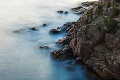 Rompiendo (carlosmotje) Tags: ola 750d acantilado romper mar rocas efecto seda blanes