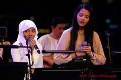 it is my turn to sing, right (tomzcafe) Tags: singapore esplanade 400d pestaraya takumar20035