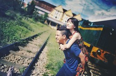 Sau lng ngi n ng lun l mt ch da vng chc - Love, this is purpose of life. (Stevettran) Tags: life boy color love girl smile happiness human carryon