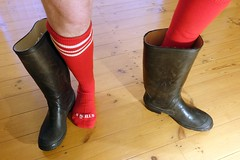 Football in wellies? (essex_mud_explorer) Tags: vulkan black rubber wellington boots wellingtonboots wellies wellingtons welly rubberboots gumboots gummistiefel rubberlaarzen caoutchouc bottes socks footballsocks rainboots rain