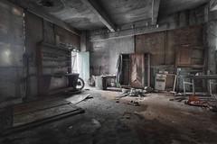 Au garage ! Oh dsespoir, oh vieilles pices toutes pourries... (ElfeMarie) Tags: garage hangar abandonn lost abandoned rusty creepy urbex