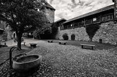 Schloß courtyard (Lord Markus) Tags: blackandwhite bw bn biancoenero monochrome castle castello schloss chateau altoadige suedtirol medieval italia medievale fort old ancient burg rocky hill merano meran burgraviato mastio burggrafenamt courtyard cortile architecture building tirolo tirol tyrol nikon d300s