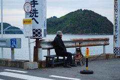 (  / Yorozuna) Tags: sea man port bench island person coast seaside oldman hiroshima busstop human aged seashore     setoinlandsea kure   inlandsea   oldperson      mitarai      osakishimojima         groupsoftraditionalbuildings  toyomachi importantpreservationdistrictofhistoricbuildings pentaxautotakumar55mmf18  mitaraiportbusstop  mitaraiport osakishimojimaisland