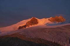Avondlicht op de Bishorn en de Weisshorngraat (Inklaar) Tags: cabanedetracuit wallis weisshorngruppe zinal zonsondergang inklaar:see=all gletsjer turtmanngletscher walliseralpen bergen fujifilmx100 bishorn weisshorn alpen zwitserland alpesvalaisannes alpi alps glacierdetourtemagne penninischealpen schweiz suisse svizra svizzera switzerland valais x100 ferner ghiacciaio glacier gletscher sunset ayer ch