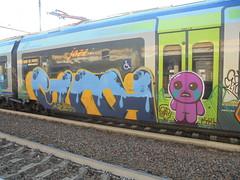 538 (en-ri) Tags: guth gelo crew giap krt pupazzino fuxia azzurro blu train torino graffiti writing