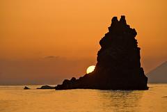Il Faraglione al tramonto (Giancarlo Pompei) Tags: eolie tramonto mare