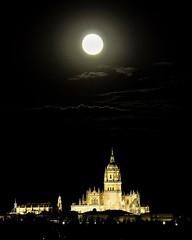 Anochecer en salamanca (jorgealcobaalonso) Tags: españa moon night noche arquitectura catedral luna salamanca castillayleon