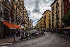 CALLE TOLEDO (chuscordeiro) Tags: madrid street españa canon calle toledo cielo nubes urbana octubre turismo 1022 curva airelibre 550d