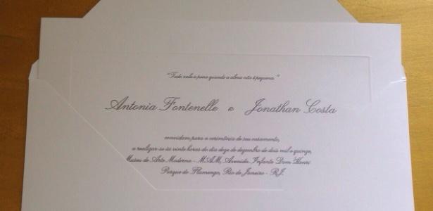 Convite de casamento de Fontenelle tem aroma da Chanel e código de barras