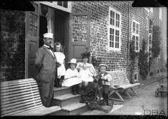 GIM-10_053f (dbagder) Tags: barn denmark dresser hatter menn leker dnk babyer klr mennesker kvinner kjoler utendrs hodeplagg drakter gyngehester herregrder kulturhistoriskefotografier familebilder