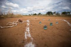 Na Terra (Carlito e Seu Olhar) Tags: bolinha brincadeira carlosaraujofotografia carlosaraújo fotografia terra travessia