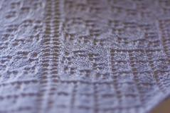 _DSC6074 (KateSi) Tags: tejer tejido tricot tricoter tricotage knitting knit strikke strikking lace semiprecious knitty sjal shawl châle chal blonde encaje purple lilla lila lilas violet purpura violeta depthoffield