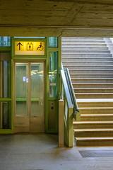 Links oder Rechts (Explored 11.11.2016) (Frank Guschmann) Tags: ubhfinnsbruckerplatz fahrstuhl treppe frankguschmann nikond7100 d7100 nikon
