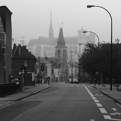 Clocher et flche (yom1) Tags: autumn france fall tourism church monument fog automne canon dark religious rebel gris europe nef cathedral religion gothic tourist notredame cathdrale sombre difice flamboyant glise amiens brouillard eglise nord tourisme picardie xsi middleage clocher religieux moyenge somme moyenage flche vaisseau catholique eos450d 450d efs1855is 1855is rebelxsi yom1 middleag gothiqur