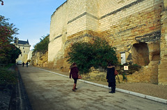 Chinon (Indre-et-Loire) (sybarite48) Tags: door france tower castle puerta torre tour toren castelo porta porte turm castello chteau kale  tr castillo burg deur chinon kasteel   kule zamek  drzwi     indreetloire    kap wiea