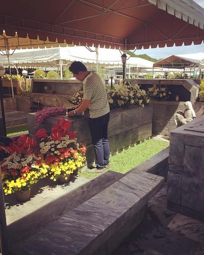 Flowers for our beloved mother #allsoulsday #allsouls #dearlymissed #myflowerarrangerdoesntknowwhatheisdoing #brotherthinkingheisgoodatthis