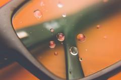 Juntos pero no revueltos (eLuVeFlickr) Tags: eluve gotas eluveflickr drops agua water gafas glasses cristal flash strobist negro color lavado d7000 nikon 35mm 18 lentesaproximación macro cerca detalle