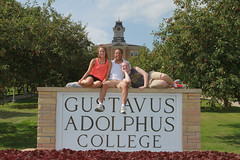 IMG_0276.jpg (Gustavus Adolphus College) Tags: old family sign student day main move oldmain movein firstyear moveinday 201204 20150904