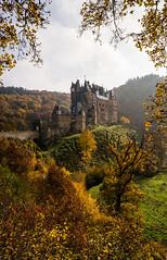 Burg Eltz im Herbstrahmen (khn.carsten) Tags: building burgeltz herbst jahreszeit architektur schloss gebäude burg
