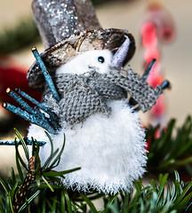 Un oeil sur le sapin (Cilcgaillard) Tags: christmas macro canon photo flickr picture nol dcoration bonhommedeneige cecilegaillard cilcgaillard