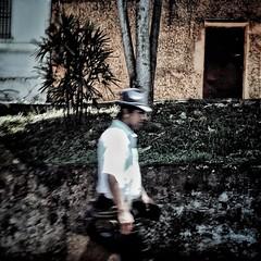 Caminheiro | São Paulo 2015 . É a forma como os vejo, se tornam importantes naquele instante, mas não conheço seus rostos, não sei suas histórias, estão de passagem naquele infinito segundo. .  Walker | São Paulo 2015 . It is the way I see them, they beco