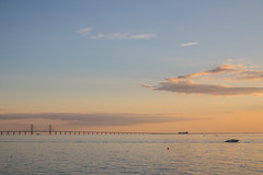 Bridge at Sunset (Infomastern) Tags: malm vstrahamnen boat bridge bro bt goodnightsun hav sea solnedgng sunset resundsbron