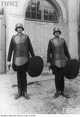 #Warsaw Special Division officers of the Polish State Police equipped for riot control duties. Warsaw, 1930. [650x954] #history #retro #vintage #dh #HistoryPorn http://ift.tt/2gDEJJT (Histolines) Tags: histolines history timeline retro vinatage warsaw special division officers polish state police equipped for riot control duties 1930 650x954 vintage dh historyporn httpifttt2gdejjt