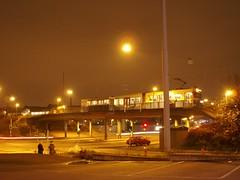 Spårvagn på hållplats Gropegårdsgatan sedd från Hjalmar Brantingsgatan i Göteborg 2008 (biketommy999) Tags: göteborg hisingen sverige sweden biketommy999 biketommy 2008 spårvagn tram västtrafik bro natt hållplats
