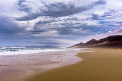Clouds above Playa de Barlovento (Tobias Schulte) Tags: clouds wolken playa strand beach de barlovento cofete fuerteventura sand water wasser meer ocean sea waves wellen mountains berge shore kste windig surfer